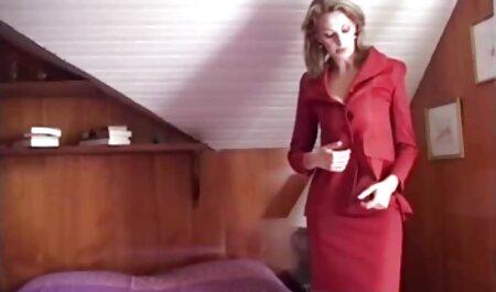 Uscător rusesc în gaura de porno cu fete de liceu pe masă
